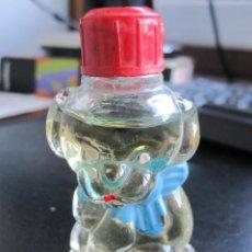 Miniaturas de perfumes antiguos: BOTELLA DE COLONIA INFANTIL, RECIPIENTE CON FORMA DE PERRO Y TAPÓN DE BAQUELITA - AÑOS 60. Lote 171798750
