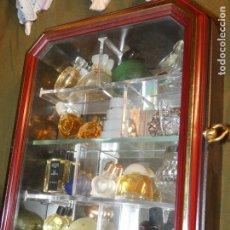 Miniaturas de perfumes antiguos: MUEBLE PEQUEÑO CON MINIATURAS DE PERFUMES. 25 X 20 X 7,5. LO QUE SE VE EN LAS FOTOS. Lote 175544163