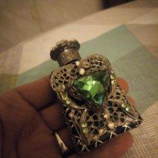 Miniaturas de perfumes antiguos: BONITO PERFUMERO DE CRISTAL CON FILIGRANA DE METAL PLATEADO Y CRISTALES STRASS,ESMERALDA. Lote 180281977