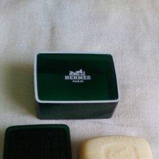Miniaturas de perfumes antiguos: EAU D'ORANGE VERTE HERMES PASTILLA DE JABÓN CON JABONERA. Lote 182624830