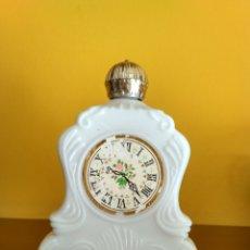 Miniaturas de perfumes antiguos: FRASCO DE COLONIA DE AVON BLUE LOTUS CON FORMA DE RELOJ DE MESA AÑOS 70 LLENA FRAGANCIA ORIGINAL. Lote 111518063