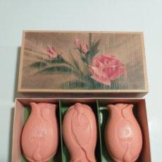 Miniaturas de perfumes antiguos: CAJA DE 3 JABONES ROSA AVON, AÑOS 70. Lote 185990961