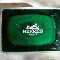 Miniaturas de perfumes antiguos: PASTILLA DE JABÓN HERMES - EAU D'ORANGE VERTE - AÑOS 80 CON JABONERA DE PLASTICO. Lote 192560685