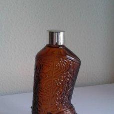 Miniaturas de perfumes antiguos: BOTELLA DE CRISTAL DE PERFUME CON FORMA DE BOTA VAQUERA. VACÍA. . Lote 195139606