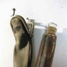 Miniaturas de perfumes antiguos: MUY ANTIGUO PERFUMERO DE BOLSO . FUNDA EN TELA Y BOTELLA CRISTAL LLENA 8CM . Lote 195513547