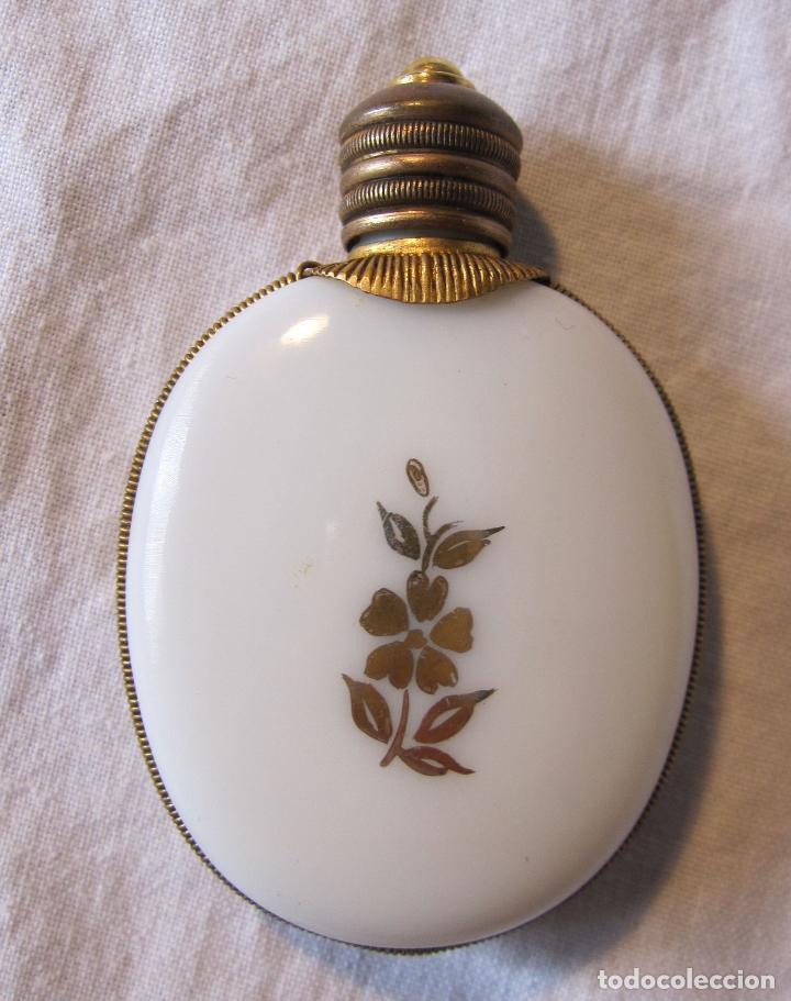 Miniaturas de perfumes antiguos: ANTIGUO PERFUMERO EN OPALINA BLANCA CON DECORACIÓN EN DORADO PAREJA GALANTE. 6,5 X 4,3 X 1 CM - Foto 2 - 202787956