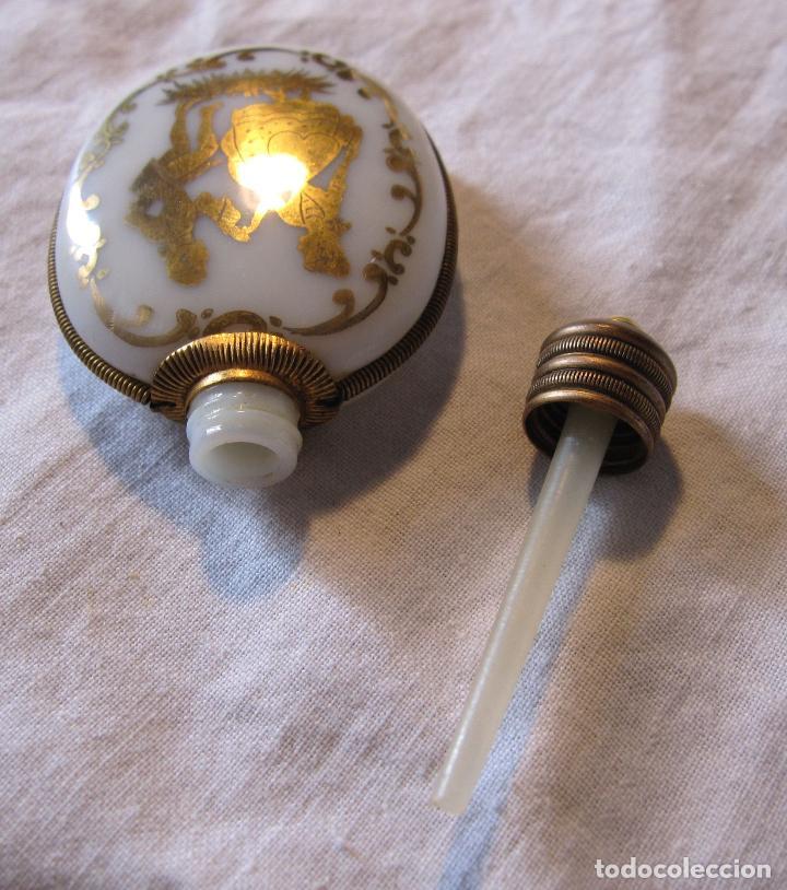Miniaturas de perfumes antiguos: ANTIGUO PERFUMERO EN OPALINA BLANCA CON DECORACIÓN EN DORADO PAREJA GALANTE. 6,5 X 4,3 X 1 CM - Foto 3 - 202787956