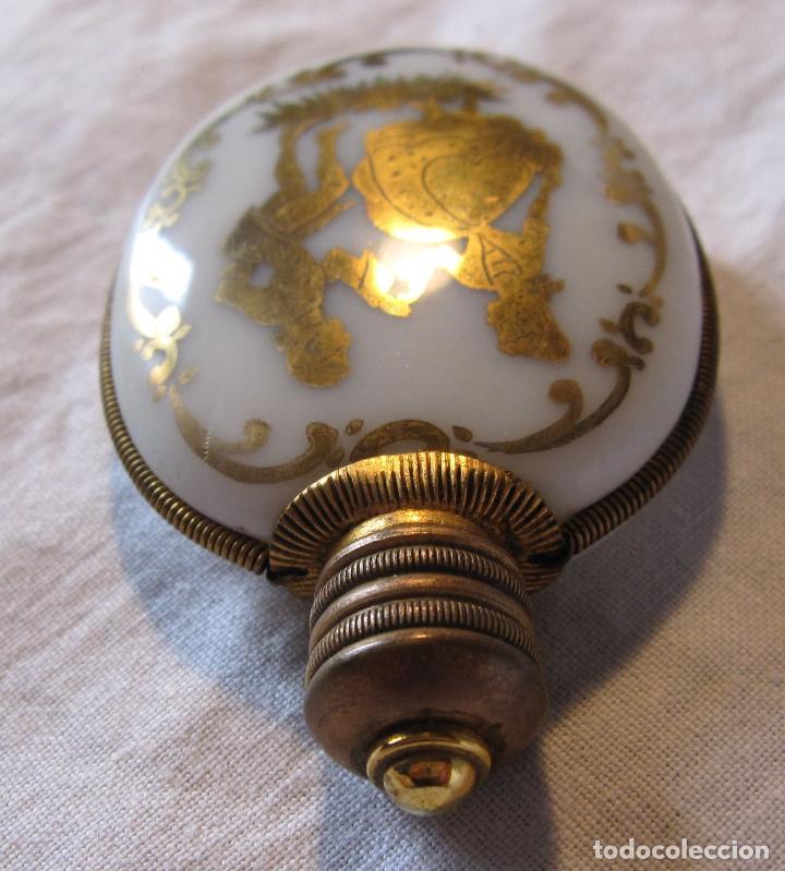 Miniaturas de perfumes antiguos: ANTIGUO PERFUMERO EN OPALINA BLANCA CON DECORACIÓN EN DORADO PAREJA GALANTE. 6,5 X 4,3 X 1 CM - Foto 7 - 202787956