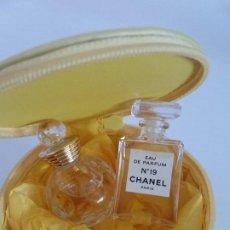 Miniaturas de perfumes antiguos: DE COLECION CAJA CRISTIAN DIOR DOS PERFUMES MINIATURAS CHANEL 19 PARIS,DOLCE VITA CRISTIAN DIOR PARI. Lote 203294422