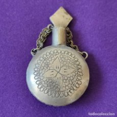 Miniaturas de perfumes antiguos: ANTIGUO PERFUMERO METALICO. LABRADO Y GRABADO CON FILIGRANA.. Lote 207927557