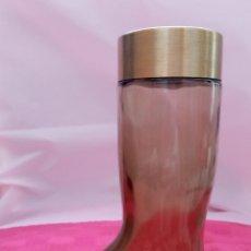 Miniaturas de perfumes antiguos: ANTIGUO FRASCO DE PERFUME AVON LEATHER, CON FORMA DE BOTELLA. LANZADA AL MERCADO EN LOS AÑOS 60. Lote 214226370