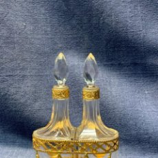 Miniaturas de perfumes antiguos: ESENCIERO PERFUMEROS LATON TROQUELADO DORADO FRASCOS VIDRIO TALLADO A MANO FRANCIA FIN S XIX 12X8,5. Lote 215332598