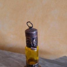Miniaturas de perfumes antiguos: ANTIGUO PERFUMERO EN METAL Y CRISTAL. TAPÓN CON ANILLAA PARA COLGAR. Lote 218326870
