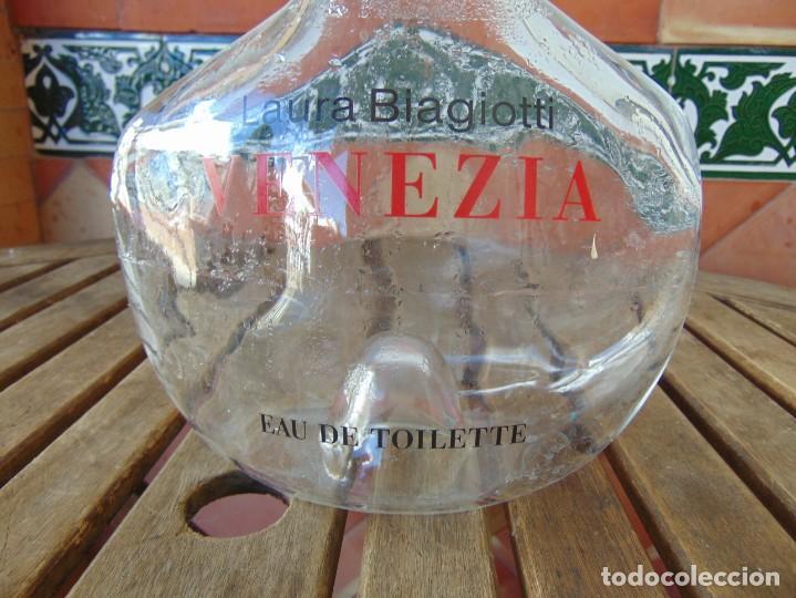 Miniaturas de perfumes antiguos: GRAN BOTELLA RECIPIENTE COLONIA PERFUME LAURA BIAGIOTTI VENEZIA EAU DEW TOILETTE CAPACIDAD 2 LITROS - Foto 4 - 220877981