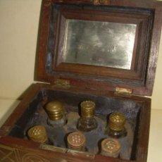 Miniaturas de perfumes antiguos: ANTIGUO PERFUMERO EN CAJA DE MADERA CON BONITA MARQUETERIA DE LATON.. Lote 228563206