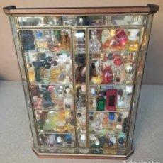 Miniaturas de perfumes antiguos: VITRINA DE CRISTAL CON MÁS DE 100 MINIPERFUMES COLECCIONISMO. Lote 232791268