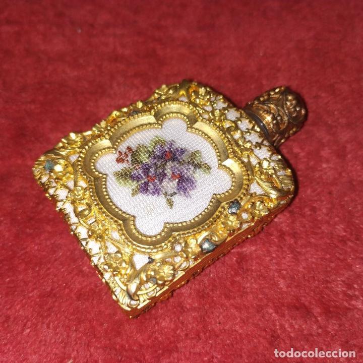 Miniaturas de perfumes antiguos: PERFUMERO DE DAMA. METAL CHAPADO EN ORO. CRISTAL. BORDADO. ESPAÑA. SIGLO XIX - Foto 3 - 245579770