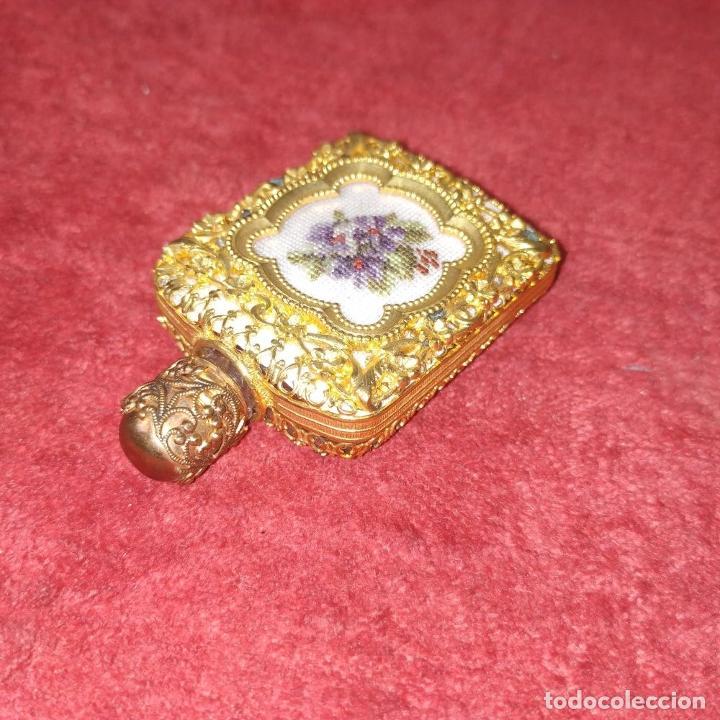 Miniaturas de perfumes antiguos: PERFUMERO DE DAMA. METAL CHAPADO EN ORO. CRISTAL. BORDADO. ESPAÑA. SIGLO XIX - Foto 4 - 245579770