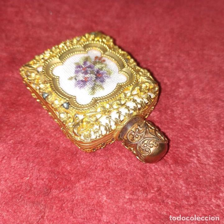 Miniaturas de perfumes antiguos: PERFUMERO DE DAMA. METAL CHAPADO EN ORO. CRISTAL. BORDADO. ESPAÑA. SIGLO XIX - Foto 5 - 245579770