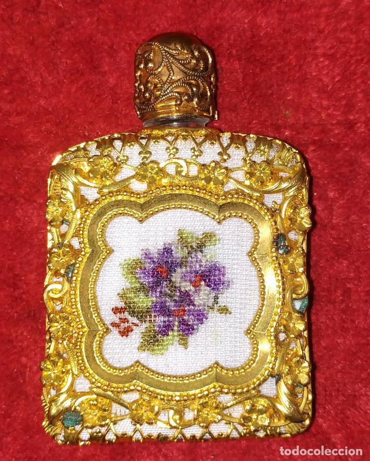 PERFUMERO DE DAMA. METAL CHAPADO EN ORO. CRISTAL. BORDADO. ESPAÑA. SIGLO XIX (Coleccionismo - Miniaturas de Perfumes)