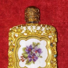 Miniaturas de perfumes antiguos: PERFUMERO DE DAMA. METAL CHAPADO EN ORO. CRISTAL. BORDADO. ESPAÑA. SIGLO XIX. Lote 245579770