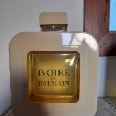 Miniaturas de perfumes antiguos: FICTICIO GIGANTE PERFUME IVOIRE DE BALMAIN. Lote 247353420