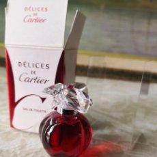 Miniaturas de perfumes antiguos: MINIATURA DELICES DE CARTIER - EAU DE TOILETTE 5ML - PARIS - LLENA. Lote 260575185