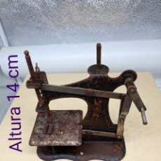 Hobbys: MÁQUINA DE COSER DE JUGUETE MUY ANTIGUA. Lote 236680170