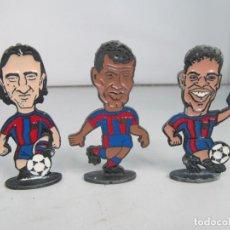 Hobbys: LOTE DE 3 FIGURAS DE METAL DE JUGADORES DEL FC BARCELONA, TAMAÑO 7,5 CM DE ALTURA. Lote 125479115