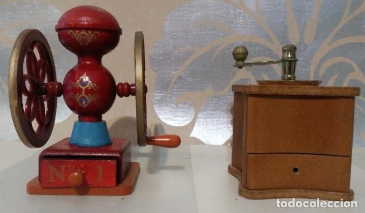 LOTE DOS MOLINILLOS CAFÉ EN MINIATURA DE MADERA, PLASTICO Y METAL (Juguetes - Modelismo y Radiocontrol - Figuras en miniatura)