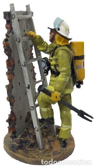 Hobbys: FIGURA DE COLECCIONISTA: Bombero con traje ignífugo con escalera, Hobart, Austria, 2003. A ESTRENAR - Foto 2 - 193252558