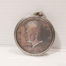 Monedas antiguas de América: ANTIGUO MEDALLÓN CON LA MONEDA DE MEDIO DOLAR DE J.F. KENNEDY DE 1964 EN PLATA.. Lote 205245928