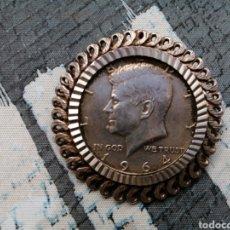 Monedas antiguas de América: BROCHE COLGANTE MONEDA KENNEDY. Lote 221341791