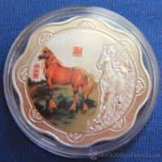 Monedas antiguas de Asia: BONITA MONEDA CHINA ALEACION PLATA CABALLOS HOROSCOPO CHINO EN CAPSULA 2014 AÑO DEL CABALLO. Lote 148283336
