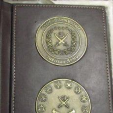Monedas antiguas de Asia: ESTUCHE CON DOS MONEDAS CONMEMORATIVAS DEL EJÉRCITO DE PAKISTÁN. Lote 114709511