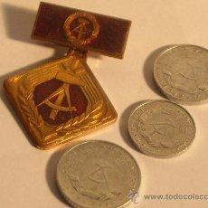 Monedas antiguas de Europa: ALEMANIA LOTE TRES MONEDAS Y UNA CONDECORACION DDR 5 10 50 PFENNING 1968 1975 1982. Lote 28814859