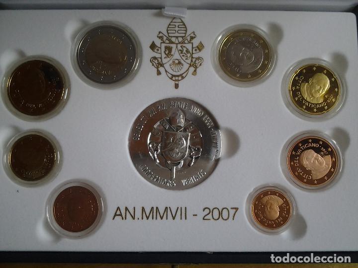 ESTUCHE DE LUJO, EUROS VATICANO PROOF 2007, LOS 8 VALORES DEL AÑO Y UNA MEDALLA DE PLATA (Numismática - Extranjeras - Europa)