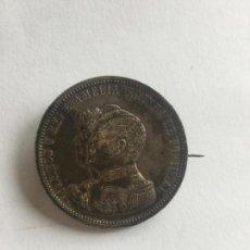 Monedas antiguas de Europa: BROCHE CON MONEDA DE 1000 REIS DE PLATA DE PORTUGAL DE 1898. REYES , CARLOS Y AMELIA . Lote 139810550