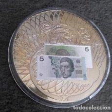 Monedas antiguas de Europa: BONITA MONEDA CON UNAS IMAGENES DE CARAS EN RELIEVE Y CON LA IMAGEN DE UN BILLETE MUY CURIOSO . Lote 140371526