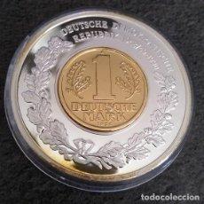Monedas antiguas de Europa: BONITA GRAN MONEDA PLATA CON UNA MONEDA DE 1 DM DE 1956 SOBRE ELLA DE LA ALEMANIA DEMOCRATICA. Lote 140438186