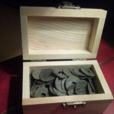 Monedas antiguas: COFRE CON MONEDAS ANTIGUAS A IDENTIFICAR . Lote 103546607