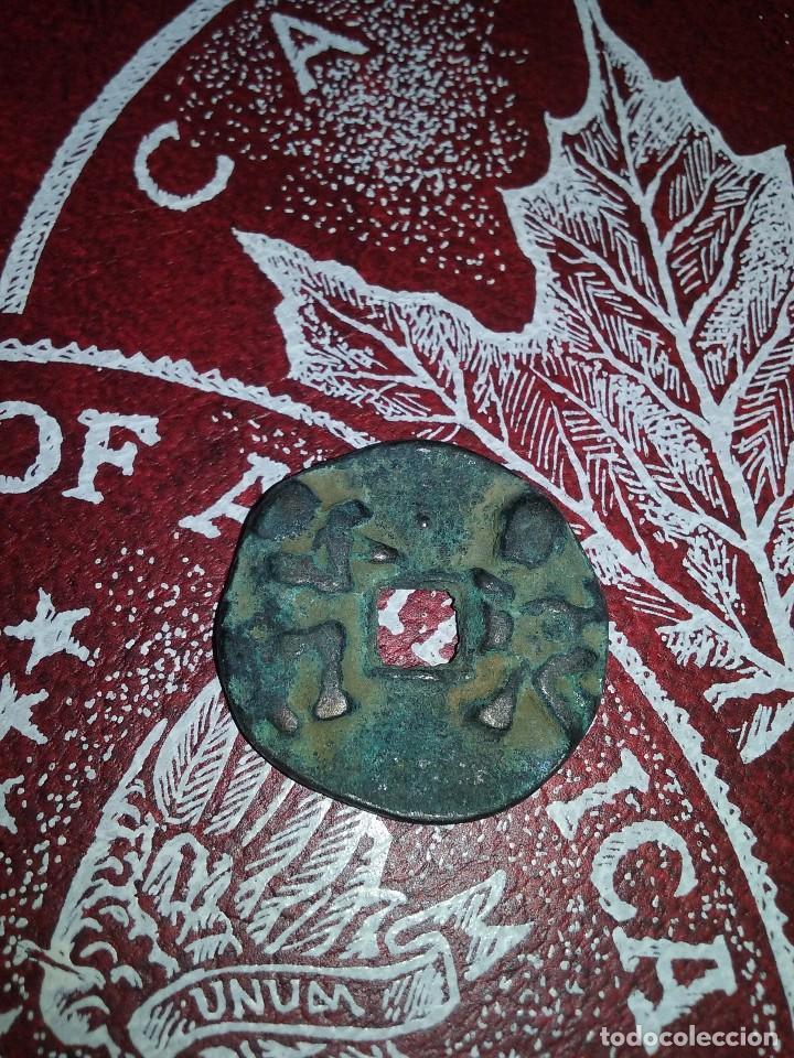 MONEDA CHINA VOTIVA CON BUDAS (Numismática - Periodo Antiguo - Otras)