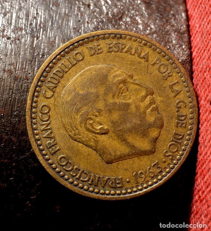 Monedas con errores: PESETA DE 1963 *65: CURIOSAS MARCAS INCISAS ERRÓNEAS EN GRÁFILA DEL ANVERSO (REF. 454) - Foto 3 - 107964067