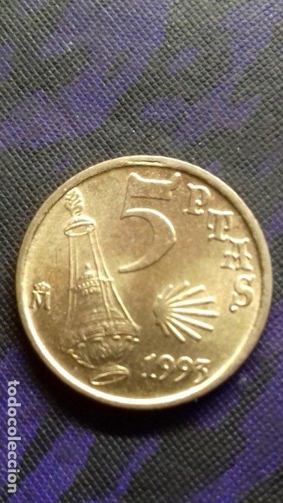 Monedas con errores: ERRORES Y VARIANTES, 5 PESETAS 1993 . EXCESO DE METAL EN LA E DIFICIL SC - Foto 2 - 182390658