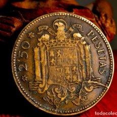 Monedas con errores: MONEDA DE 2,50 PESETAS 1953*56 CIRCULADA: CURIOSAS LÍNEAS DE MATERIAL EN EL REVERSO (#701). Lote 231616240