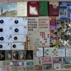 Monedas de España: CAJA CON MONEDAS, BILLETES, POSTALES, CARTERAS DE LA F.N.M.T., LIBROS, CATALOGO, SELLOS. LOTE 0040. Lote 109010483