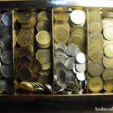 Monedas de España: PESETAS DE FRANCO Y DEL REY EN CAJA APROX. 320 MONEDAS REGALO DE 2 MONEDAS DE 2.5 PTAS. PESO 1 KILO. Lote 142191510