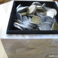 Monedas de España: CAJA DE NACAR CON MONEDASDE FRANCO Y DEL REY DE PESETA TOTAL 400, PESO 1.2 KILOS. Lote 142193134