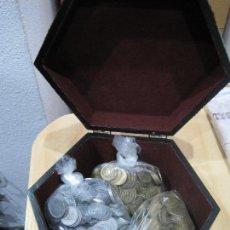 Monedas de España: PESETAS DE FRANCO Y DEL REY EN BAUL/COFRE PRECIOSO REGALO DE 2.5 KILOS DE MONEDAS TOTAL 3.2 KILOS. Lote 142188934