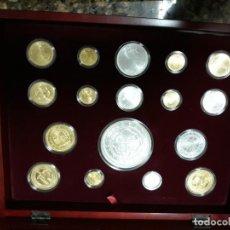 Monedas de España: HISTORIA DE LA PESETA. 17 REPLICAS EN PLATA DE 925 ML. 12 BAÑADAS EN ORO DE 24 KT (PLATA VERMEIL). Lote 153722158